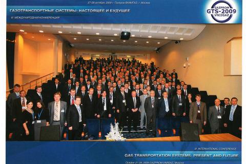 """2009年:""""压缩机,真空和制冷工程""""教研室副教授。Yu.V.科祖霍夫在Gazprom VNIIGAZ公司举行的第三届""""天然气运输系统:现在和未来""""国际会议"""