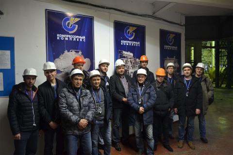 """作为我中心继续教育课程的一部分来自Gazpromneft Khantos,Gazpromneft Yamal,Gazpromneft Orenburg,Gazpromneft Vostok和Messoyakhaneftegaz企业学员在NAO""""压缩机综合体""""参观,在照片中,学生与中心主任S.V.卡尔塔索夫和NAO""""压缩机制造厂"""" 商务总监 V.V.杰尼森科在一起。"""