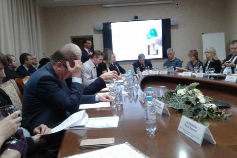 "KViHT教研室主任Yu.V.科祖霍夫 在圣理工,""圣彼得堡Vodokanal""公司和能源与工程委员会的代表工作会议上致辞,能源与工程委员会代表A.S. 邦达丘克和""圣彼得堡Vodokanal""企业总经理E.I. 捷列科夫出席了会议。"