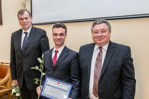 Yu.V. 科祖霍夫在2014年科学教育活动领域的圣彼得堡政府奖颁奖典礼上与圣彼得堡政府科学和高等教育委员会主席A.S. 马克斯莫夫及圣彼得堡理工大学校长A.I.鲁斯科伊合影