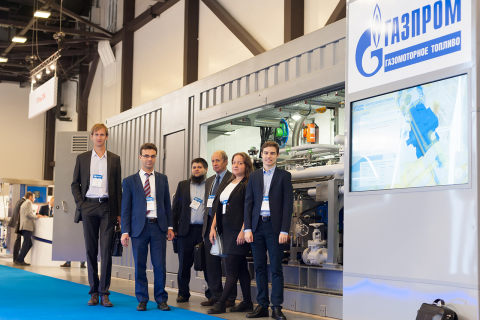 """""""压缩机,真空,制冷设备和气动系统""""科学和工程中心的管理人员和专家在2018圣彼得堡天然气论坛的GGMT 公司展台上"""