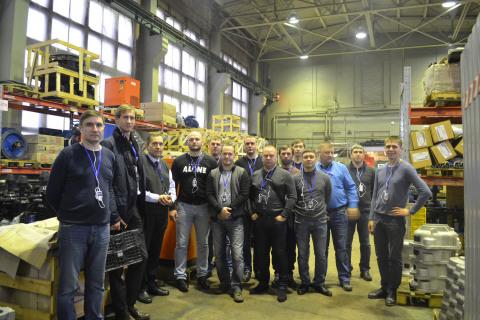 """作为继续教育课程的一部分 """"压缩机,真空,制冷和气动系统""""科学和工程中心主任S.V.卡尔塔索夫与来自Gazpromneft Khantos,Gazpromneft Yamal,Gazpromneft Orenburg,Gazpromneft Vostok和Messoyakhaneftegazing的企业学生一起在阿森纳机械制造厂参观。"""