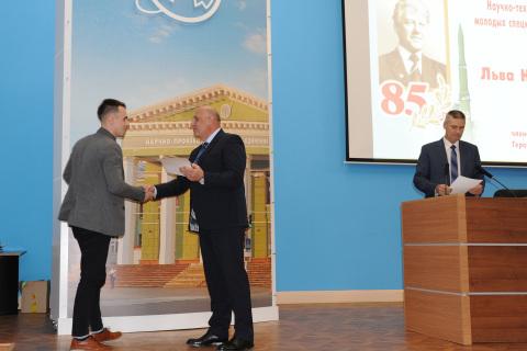 """在纪念列夫·尼古拉耶维奇·拉夫罗夫诞辰85周年的"""" Iskra""""年轻专家科学技术会议上向科学工程中心的项目经理 A.M.亚布鲁科夫颁发第一学位证书"""