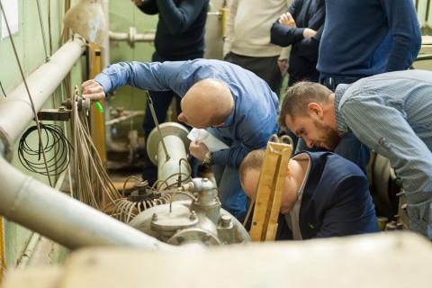 来自Gazprom Neft的技术资历提升课程学员在KViHT教研室的测试台进行实验工作