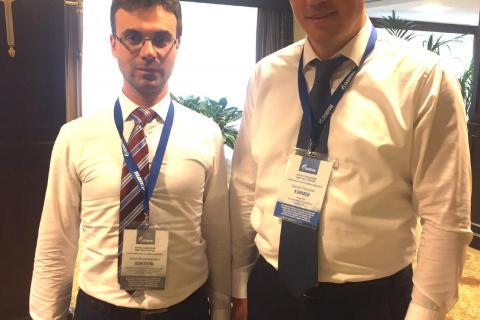 压缩机,真空和制冷工程教研室主任 Yu.V. 科祖霍夫以及HMS集团压缩机业务部门工业和技术开发与合作总监S.P.克里莫夫在索契举行的俄罗斯天然气工业股份公司天然气和天然气凝析油生产部门会议上。