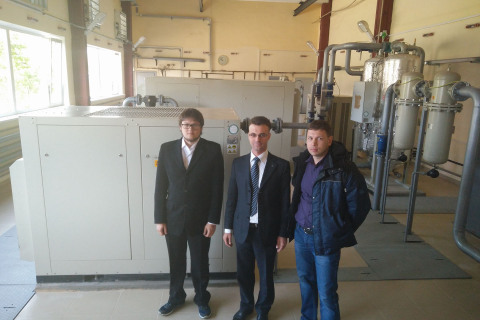 KViHT教研室主任Yu.V. 科祖霍夫,MT-Group公司总工程师维克多·乌里宾和工程研究中心项目经理阿列克谢·达尼利辛在根据研究和工程中心项目建造的圣彼得堡地铁Nevskoye压缩机站。