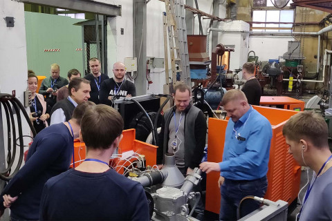 作为我中心继续教育课程的一部分来自Gazpromneft Khantos,Gazpromneft Yamal,Gazpromneft Orenburg,Gazpromneft Vostok和Messoyakhaneftegazaz公司学员在阿森纳机械制造厂访问。 在照片中,学生与中心主任谢尔盖·弗拉基米罗维奇·卡尔塔索夫在阿森纳机械制造厂验收测试中心。