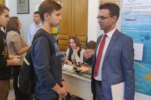 能源与运输系统学院开放日当天压缩机,真空和制冷工程教研室主任-能源与运输系统学院 代理院长尤里·弗拉基米罗维奇·科祖霍夫在该部门的展位