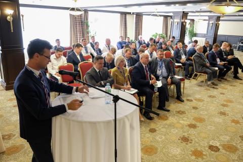 """KViHT教研室主任 Yu.V. 科祖霍夫在俄罗斯天然气工业股份公司科学理事会会议上""""天然气凝析气生产""""部分的报告,主题为""""已经进入开发最后阶段的天然气生产,制备和压缩工程和技术的实际问题和科学技术解决方案"""""""