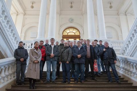 """""""压缩机,真空,制冷和气动系统""""科学和工程中心的专家L.V.吉列娃以及来自俄罗斯天然气工业股份公司(Gazprom transgaz)圣彼得堡,VNIPIgazdobycha,萨哈林能源公司,北方钢铁和HMS Neftemash企业继续教育课程学员 在圣彼得堡彼得大帝理工大学的主楼。"""
