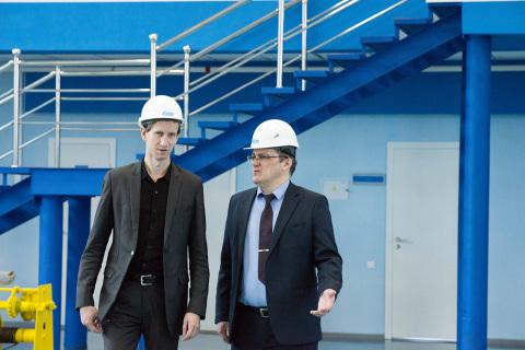 """压缩机,真空,制冷设备和气动系统科学工程中心主任S.V. 卡尔塔索夫和俄罗斯天然气工业股份公司燃气发动机燃料有限责任公司技术部负责人D.A. 佐托夫在参观俄罗斯天然气工业股份公司Transgaz Tomsk L公司的训练场,此次参观是为VIII""""天然气发动机燃料。车辆的安全运行""""科学实践研讨会的参加者组织的。"""