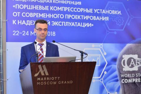 """压缩机,真空和制冷设备教研室主任 Yu.V. 科祖霍夫在主题为""""活塞式压缩机设备,从现代设计到可靠的操作。""""会议上致辞。"""