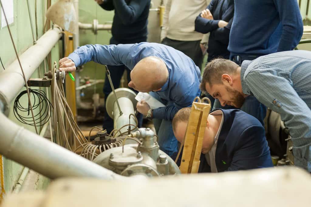 作为继续教育课程的一部分来自俄罗斯天 然气工业股份公司的学员进行实验室工作