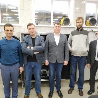 """鄂木斯克國立技術大學製冷設備實驗室,第十屆國際石油和天然氣生產技術技術會議2020。從左到右:""""壓縮機,真空,製冷和氣動系統""""研究中心的科學總監。 OmSTU V.S.助理Kozhukhov OvSTU A.V.助理Evdokimov SIC""""壓縮機,真空,製冷設備和氣動系統""""主任S.V. Tretyakov Compressor A.V.設計部門主管Kartashov布拉科夫"""