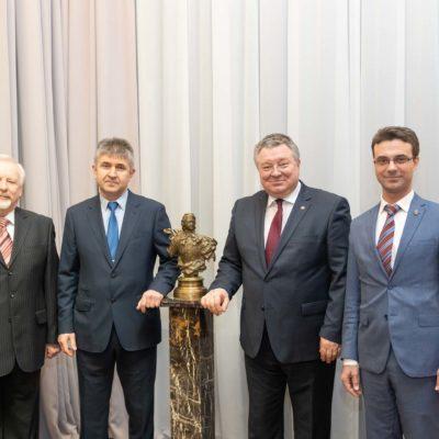 """作为庆祝SPbPU成立120周年的活动的一部 分,与统一能源系统的系统运营商的代表 举行了一次工作会议。 在照片中,从左到 右依次是:能源与运输系统学院""""电气系 统和网络""""教研室主任 E.N.波普科夫,"""" SO UES""""""""西北能源系统联合调度办公室"""" 的总经理S.V. 希什金,"""" SPbPU""""校长 A.I. 鲁斯科伊,能源与运输系统学院代理院长 ,""""压缩机,真空和制冷工程""""教研室主 任Yu.V. 科祖霍夫"""