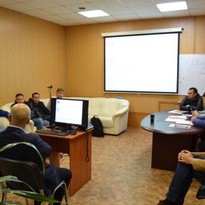 压缩机,真空,制冷设备和气动系统科学 工程中心主任S.V.卡尔塔索夫与来自 Novatek Tarkosaleneftegaz 公司的我中心继 续教育课程的学员在与 Arsenal Mashinostroyeniye总经理K.V. 切尔尼茨基 的会面。