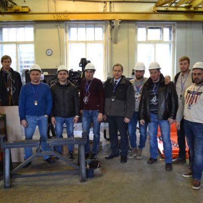 """NOVATEK-TARKOSALENEFTEGAZ LLC的""""压缩机,真空,制冷设备和气动系统""""科学和工程中心高级培训课程的学生,以及中心主任S.V.卡尔塔索夫在阿森纳工程公司参观"""