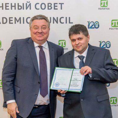 向SPbPU动力工程学院 高等学校院长A.A.列别捷夫颁发副教授头衔证书 。 该证书由SPbPU校长 A.I.鲁斯科伊颁发。