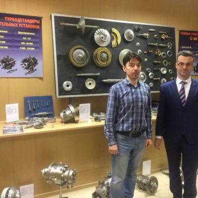 壓縮機,真空,製冷設備和氣動系統研究組負責人Yu.V. NPO Geliymash的Kozhukhov