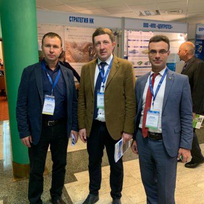 """俄罗斯天然气工业股份公司VNIIGAZ举行的 会议""""天然气运输系统:现在和未来 """"(GTS-2019)。 在照片中,从左到右依次 是:Sibneftetransproekt 公司代表A.D.范雅 索夫 ,乌拉尔联邦大学代表O.V. 科马罗夫 ,""""压缩机,真空,制冷设备和气动系统 """"科学技术中心代表Yu.V.科祖霍夫"""