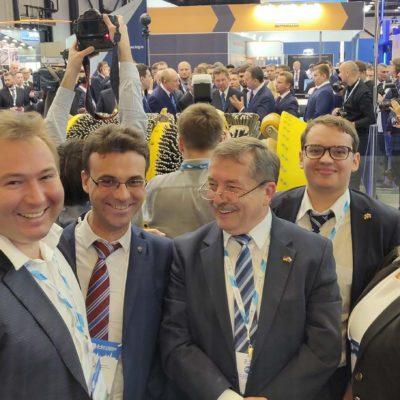 """2018年彼得斯堡天然气论坛。从左到右 :Tegas公司总经理I.V. 伏罗希洛夫,""""压 缩机,真空,制冷设备和气动系统""""科学 工程中心的科学带头人Yu.V. 科祖霍夫 ,BAUER Kompressoren Russia总经理Uwe Neumann,BAUER Russia销售代表A.V. 里亚 博夫,""""压缩机,真空,制冷工程和气动 系统""""研究中心专家,N.M. 图佐娃"""