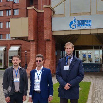 """在Gazprom dobycha Yamburg 公司的访问。 从左至右:俄罗斯天然气工业股份公司 VNIIGAZ代表M.A.沃龙佐夫,""""压缩机,真 空,制冷工程和气动系统""""研究中心代表 Yu.V.科祖霍夫和S.V. 卡尔塔索夫"""
