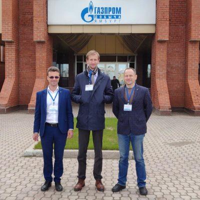 """從左到右:KViHT Yu 科學組組長。 科茹霍夫,副手。 KViHT 集團 S.V. Kartashov,JSC""""NPO""""Geliymash""""A.E.Sychkov""""商業總監"""