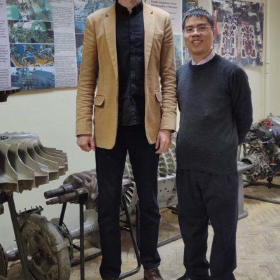 压缩机,真空,制冷设备和气动系统科学工程中心主任S.V.卡尔塔索夫与毕业于KViHT系毕业生,PetroVietnam Nguyen 部门负责人Ming Khai。