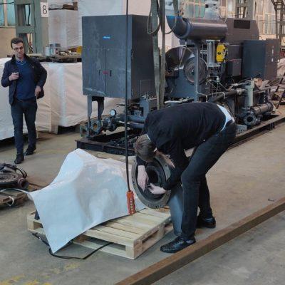 KViHT 科學小組負責人 Yu.V. Kozhukhov 和集團項目經理 A.A. Aksenov 為三星離心壓縮機現代化的預設計工作