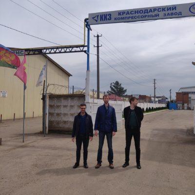 參觀克拉斯諾達爾壓縮機廠。 從左至右:KViHT Yu.V.科學小組的負責人。 KViHT S.V.科學小組副組長Kozhukhov A.A.科學小組的項目經理Kartashov 阿克謝諾夫