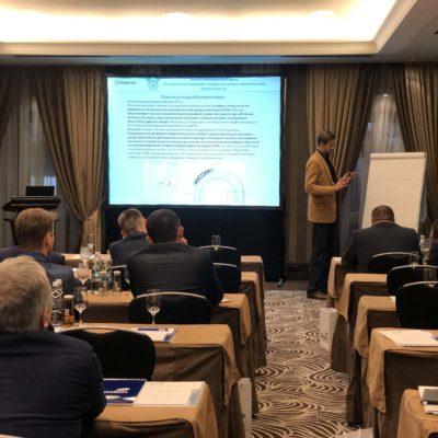 在Howden公司技术会议上中心主任S.V.卡 尔塔索夫探讨离心压缩机气体动力学设计 的现代方法的报告