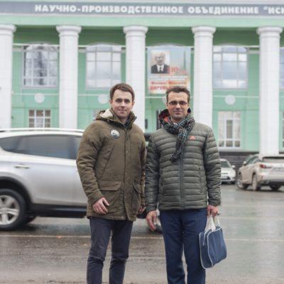 """中心项目经理A.M. 亚布鲁科夫和中心科学 带头人Yu.V.科祖霍夫 在NPO"""" Iskra""""(彼尔 姆)。"""